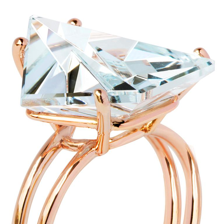 Created by Estela Guitart for MISUI, this 5.5 carat Aquamarine Klar ring explores the harmony of colour. Fine gold structures frame the gemstone and give it a soft, airy feeling, highlighting its virtue.  To enhance the natural colour of this stone
