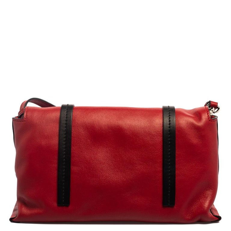Stylish and easy to carry, this leather shoulder bag is quite a choice if you're looking to upgrade your bag collection. Crafted beautifully, the red Miu Miu bag has trims in black, the brand name on the front, a well-lined interior, and a shoulder