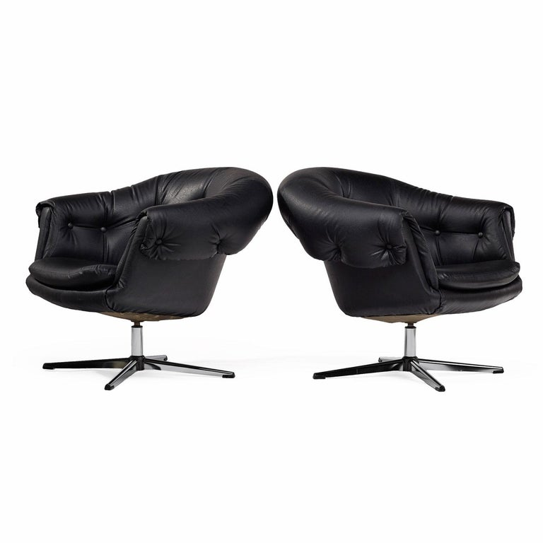 Overman Style Mod Pod Lounge Chair Set in Black Tufted Vinyl, Four Star Bases In Excellent Condition In Saint Petersburg, FL
