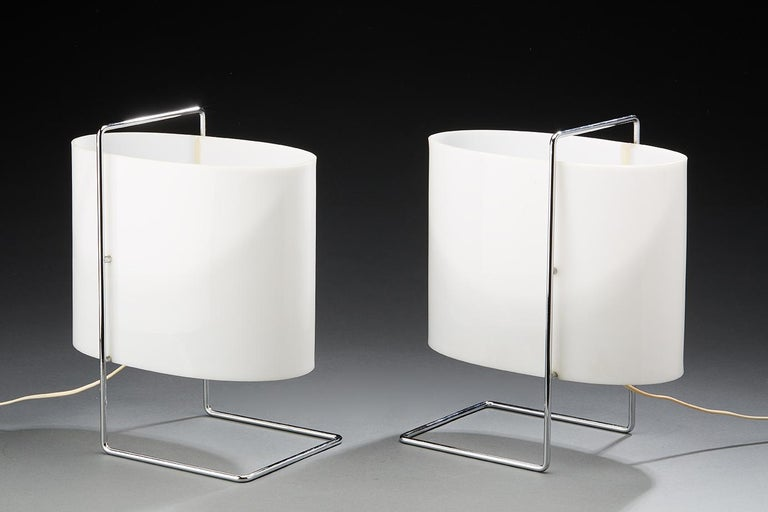 This Minimalist, ultra-light lamp that can be moved easily reflects the avant-garde design created by Roger Fatus in the 1960s. The Fatus design creates a perfect size and shape, subtly blending symmetrical and asymmetrical lines in the handle and