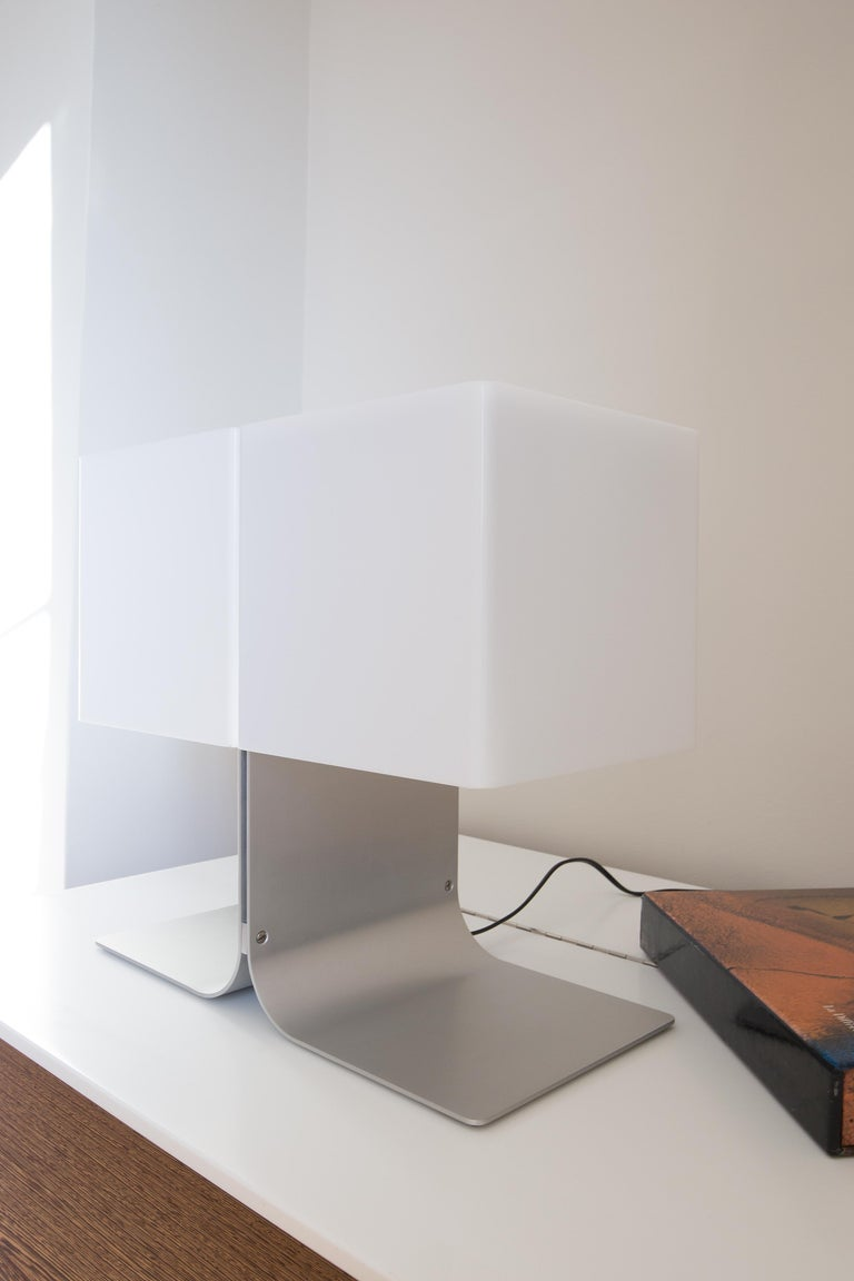 The model F170 exemplifies anti-conformist and futuristic design of the 1970s, during which time the material used were more often synthetic thus producing a shiny or translucent result… Étienne Fermigier uses aluminium and plexiglass for this lamp