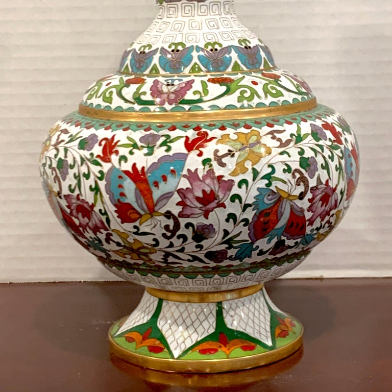 Modern Chinese Cloisonné Vase, White Background and Butterflies In Good Condition For Sale In West Palm Beach, FL