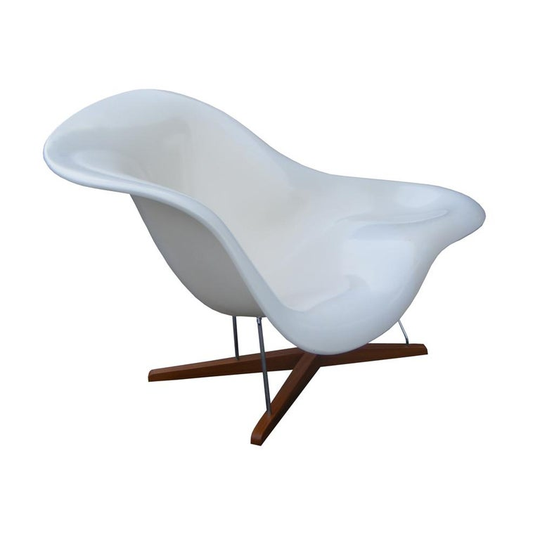 Molded Modern CL9026 Eames Style La Chaise For Sale