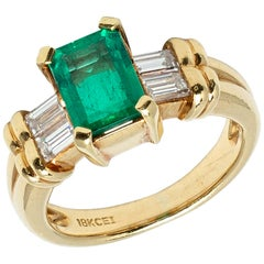 Modern Colombian Emerald and Diamond Side Stones Ring Set in Yellow Gold
