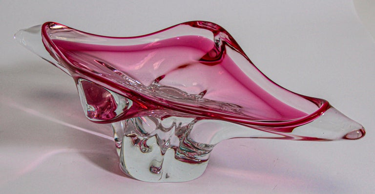 This large exquisite modern decorative hand blown Murano art glass bowl in an amazing fuschia pink and clear glass Sommerso bowl would be perfect as a centerpiece or on a console table. Beautiful dramatic and modern vintage Murano midcentury