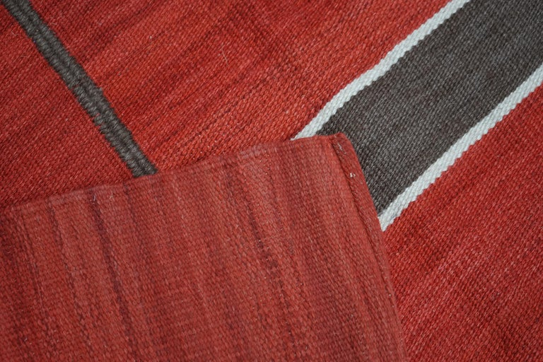 Modern Handwoven Red Kilim Rug with Minimalist Design In New Condition For Sale In Paris, Ile de France