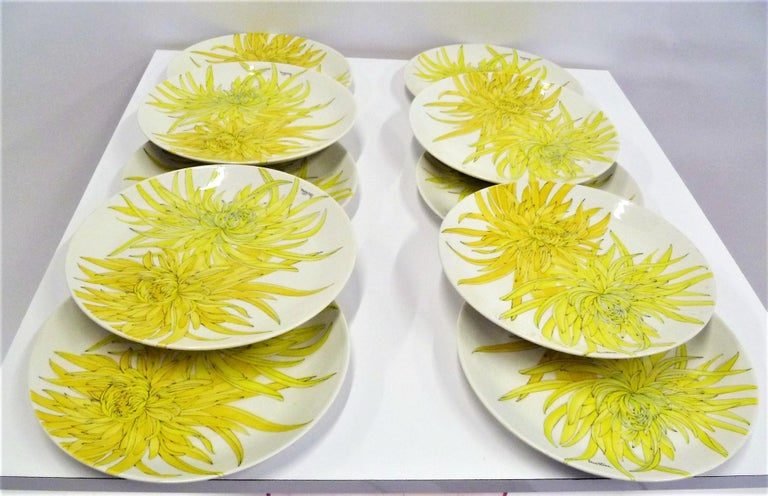 Modern Italian 10 Dinner Plates Chrysanthemum Design by Ernestine Ceramiche 1960 In Excellent Condition For Sale In Miami, FL