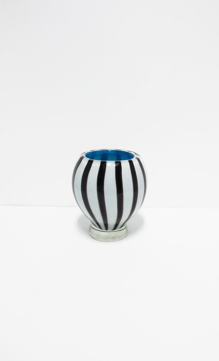 A very beautiful and substantial Italian Modern Murano art glass vase, circa mid-20th century, Italy. The glass making technique here is call 'incamicato'; where layers of glass are combined. In this case the black and white outside with a blue