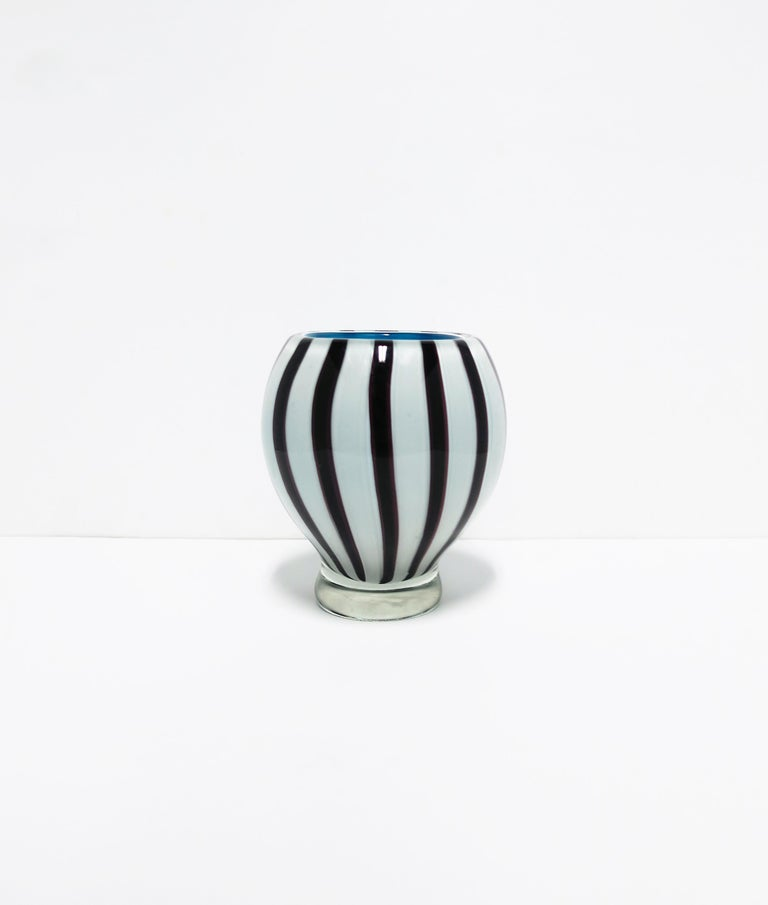Black and White Modern Italian Murano Art Glass Vase In Good Condition For Sale In New York, NY