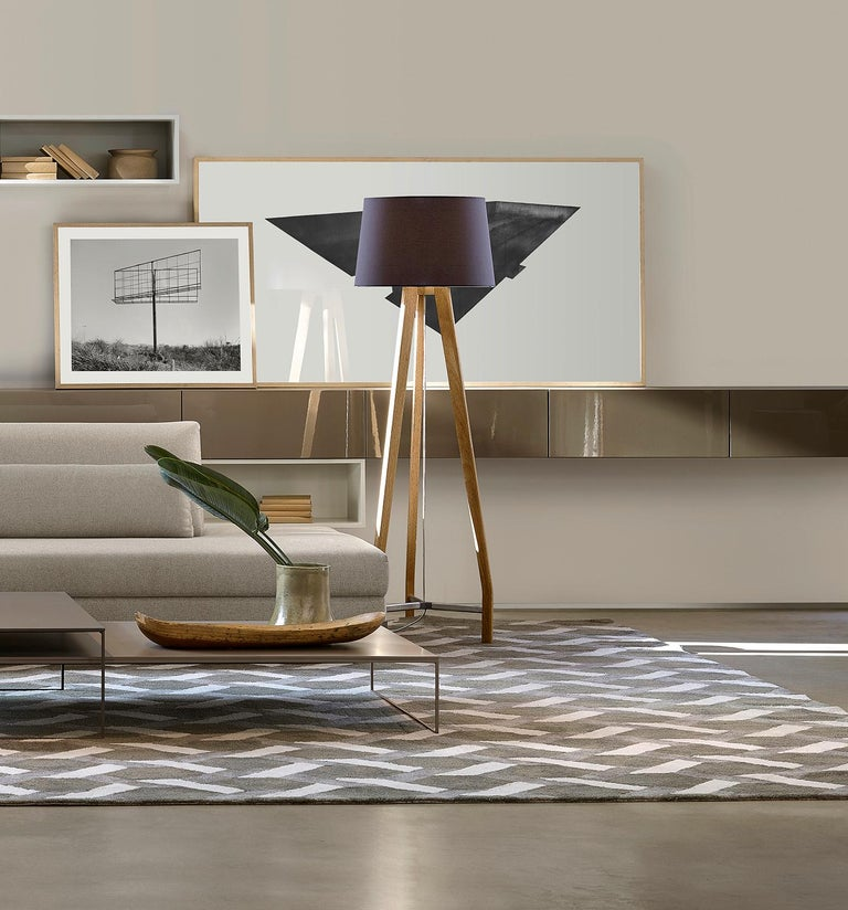 This modern style lamp is from the Glide collection is composed by table and floor lamps, in generous dimensions, our objective was to create a product based on the archetypes, bus thought in modern key full of small details to compose a rich