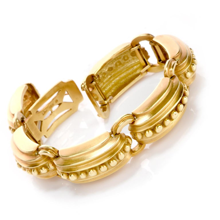 This beautiful Marlend Stowe bracelet was crafted in 86.6 grams of solid 18K green gold. Each link offers a nautical elemt as each are ribbed from the outside with each ridge higher than the last.    Atop the staired design are are large polished