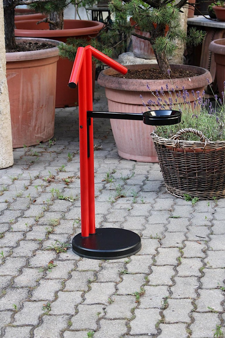 Modern Memphis Style Vintage Red Black Metal Valet, 1980s, Italy In Good Condition For Sale In Vienna, AT