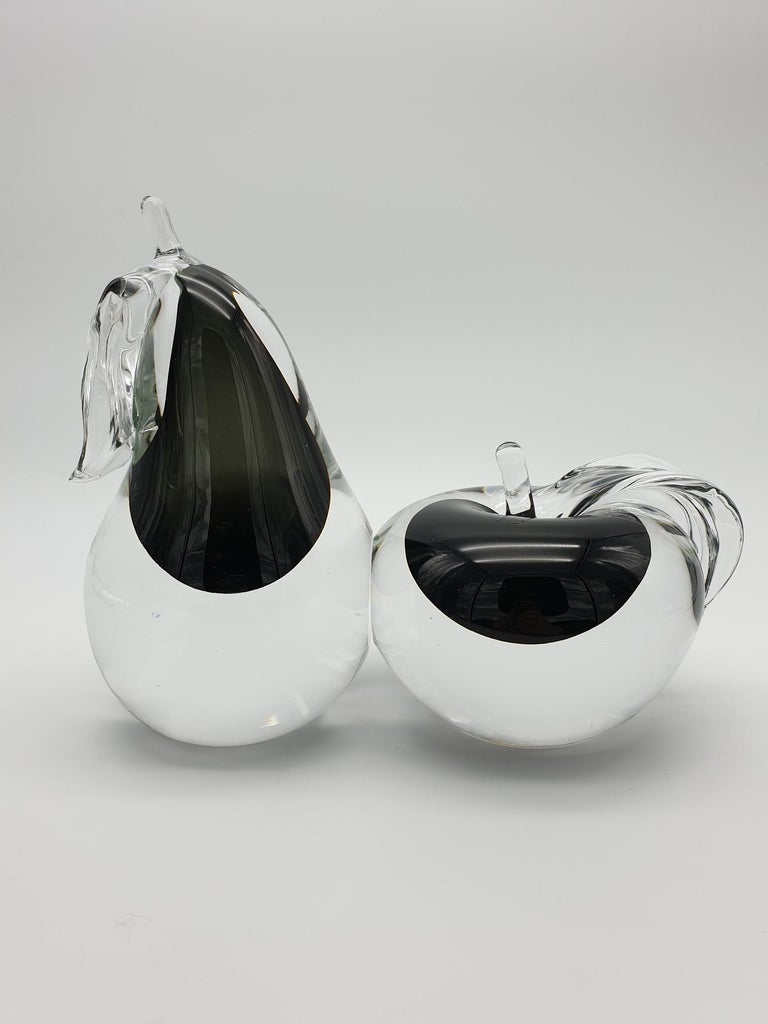 Modern Murano glass apple and pear pair, handmade in the 1980s in the island of Murano by the historical glass-factory Gino Cenedese e Figlio. This elegant set is made of apple and pear in clear glass with a black
