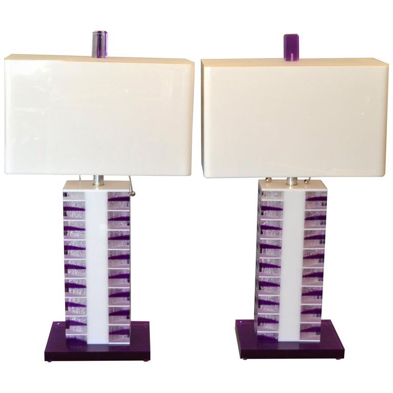 6099d126ca52e Ein Paar Moderne lila und weiße Lucite Tischleuchten mit Schattierungen,