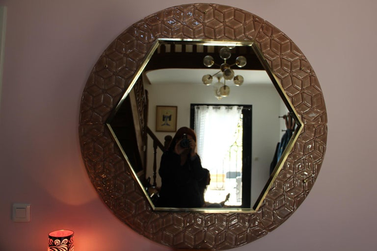 This art glass mirror is really magnificent with its pink Murano glass frame made of 6 plaques and circular brass finish. Its color is very soft and romantic. It could be used in an entrance hall, a bedroom, a living room.