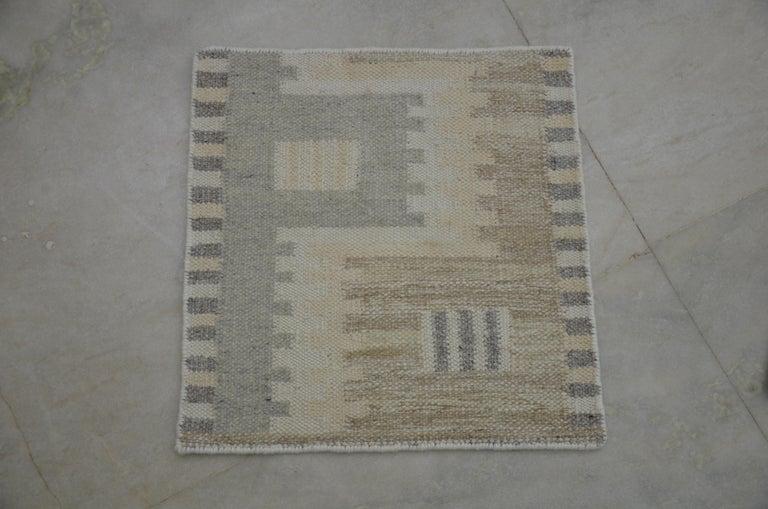 Scandinavian Modern Modern Scandinavian Rug with Ivory and Gray Geometric Patterns For Sale