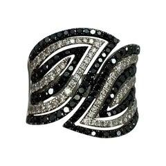 Modern Stylish Black and White Diamond 18 Karat White Gold Swirl Band Ring