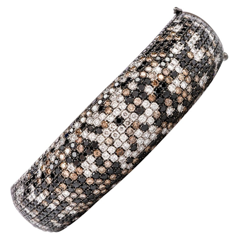 Modern Wide Champagne and White Diamond 18 Karat Gold Hinged Bangle Bracelet For Sale
