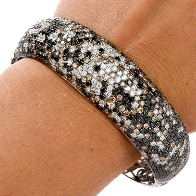 Modern Wide Champagne and White Diamond 18 Karat Gold Hinged Bangle Bracelet For Sale 2