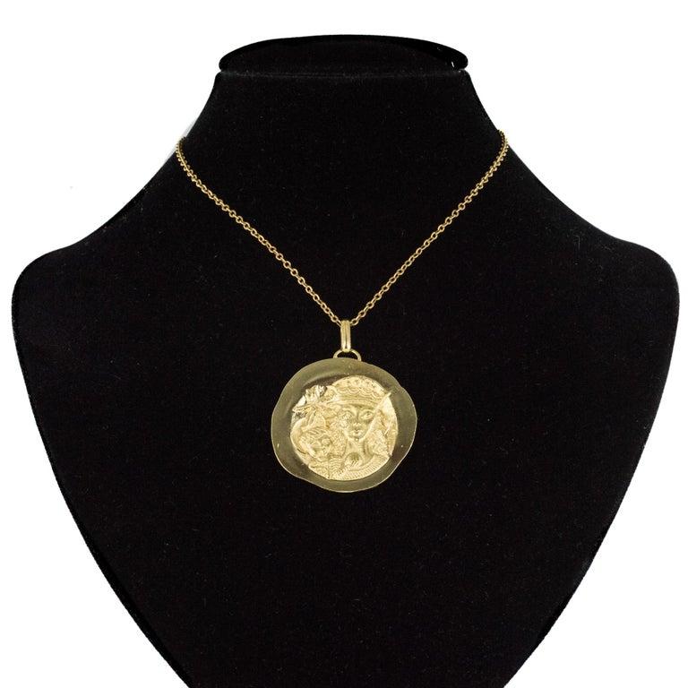 Modernist 18 Karat Yellow Gold Pendant Medal For Sale 1