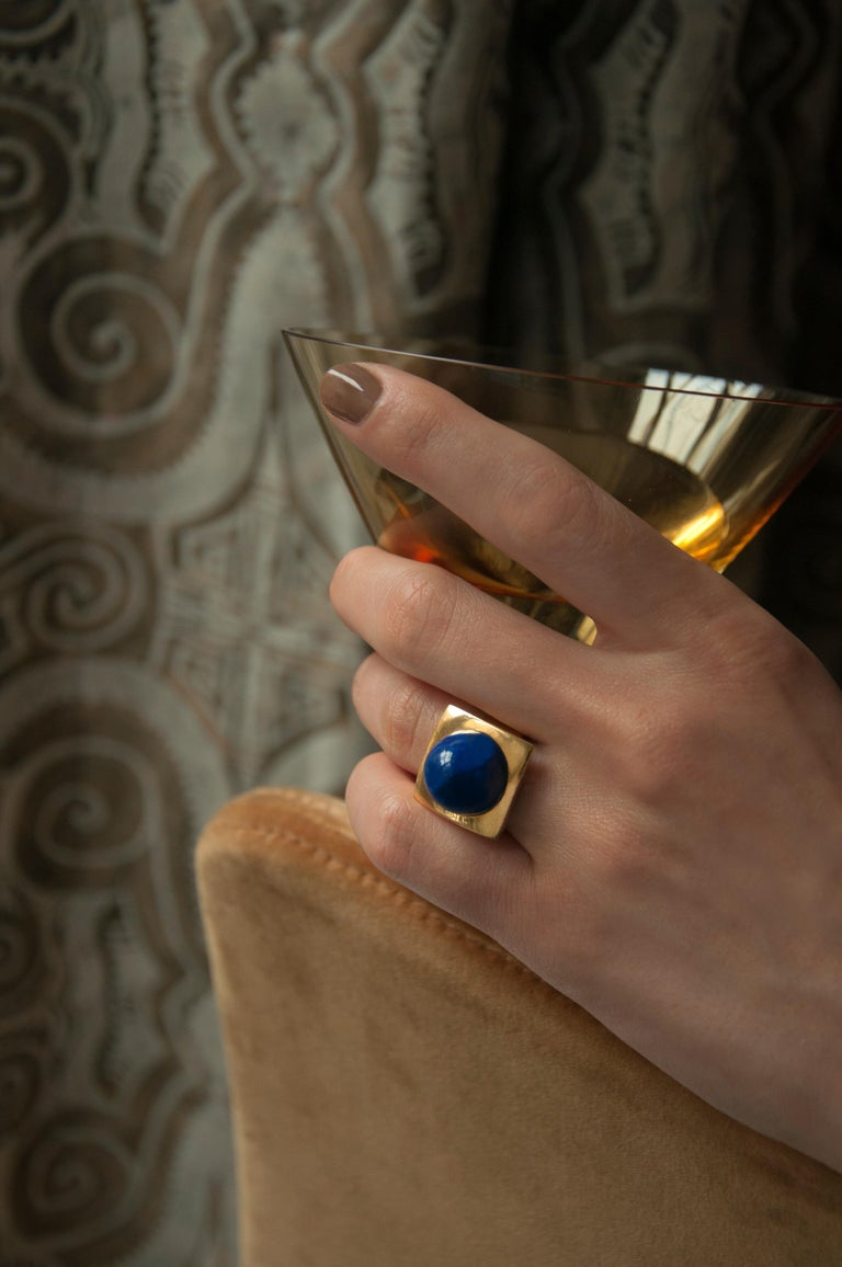 Modernist Cabochon Lapis and Gold Cocktail Ring In Excellent Condition For Sale In New York, NY