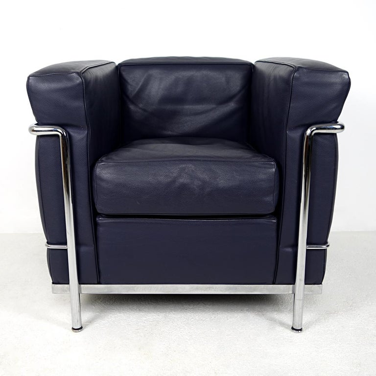 Armchair LC2 Petit Modèle with polished chrome frame and separate very deep blue leather cushions, LCX leather, the more exclusive version. The LC2 was designed in 1928 by Le Corbusier and Charlotte Perriand and ever since it has been the