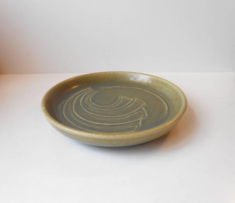 Wide poche dish by E. ST. N for Saxbo, Denmark. Delicate light-green harefur glaze and incised modernistic center-motif'. Measurements: D 26.5 cm (10.35 inches), H 5 cm (2 inches). Condition: Mint!