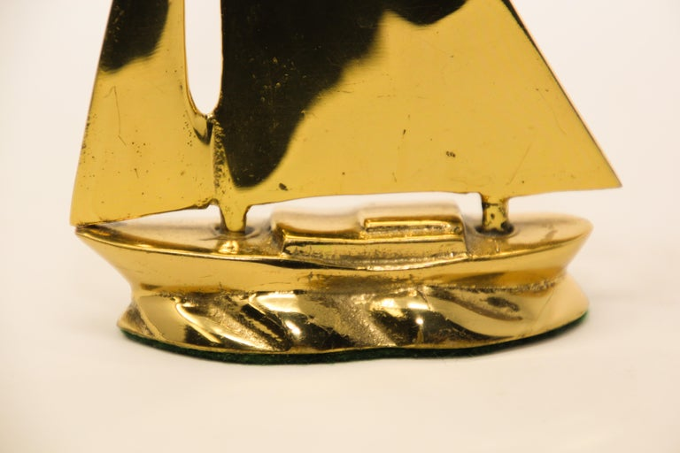 Modernist Vintage Polished Brass Sailboat Paperweight In Good Condition For Sale In North Hollywood, CA