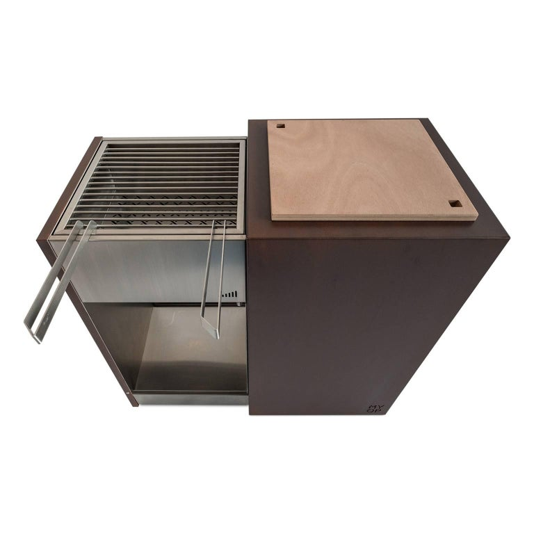 This monolithic charcoal barbecue is elegant and functional with sliding grills and accessories. Snail Mono is small, handy and compact. Suitable for small outdoor spaces, it gives warm, art and essence to garden or terrace. Snail's structure and