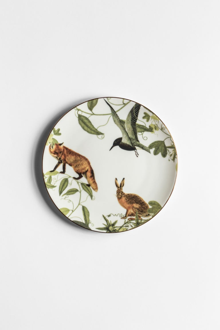 Inspired by the highest mountain of the Alps, the Mont Blanc, this collection of plates is a photography of the changing seasons. Winter is here and all the animals of the woods are enjoying the glazing air, playing hide and seek among the leaves.