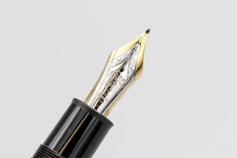Montblanc Meisterstuck Solitaire 149 Large Gold Fountain Pen In Excellent Condition For Sale In New York, NY