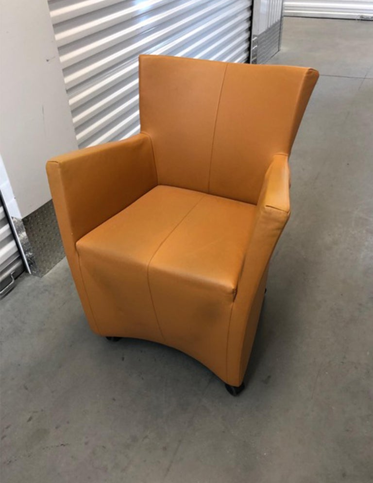 Sting gives new meaning to the words 'easy seater': its seating height is that of an ordinary chair, but it simultaneously offers all the seating comfort of a luxury armchair. What sets Sting apart from most other armchairs is the fact that is