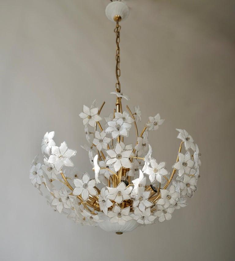 Monumental Modernist Italian Murano Venini Style Flower Glass Gilt Chandelier In Good Condition For Sale In Antwerp, BE