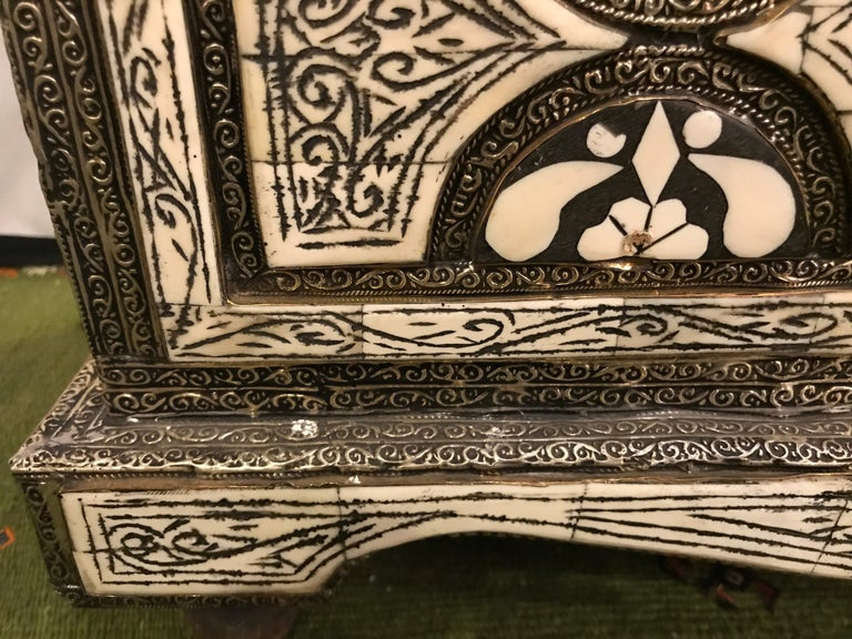 Moroccan Chest or Jewelry Box in Cameal Bone and Brass Inlaid In Good Condition For Sale In Plainview, NY