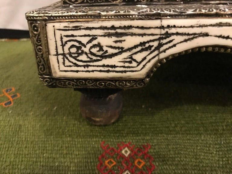 Mid-20th Century Moroccan Chest or Jewelry Box in Cameal Bone and Brass Inlaid For Sale