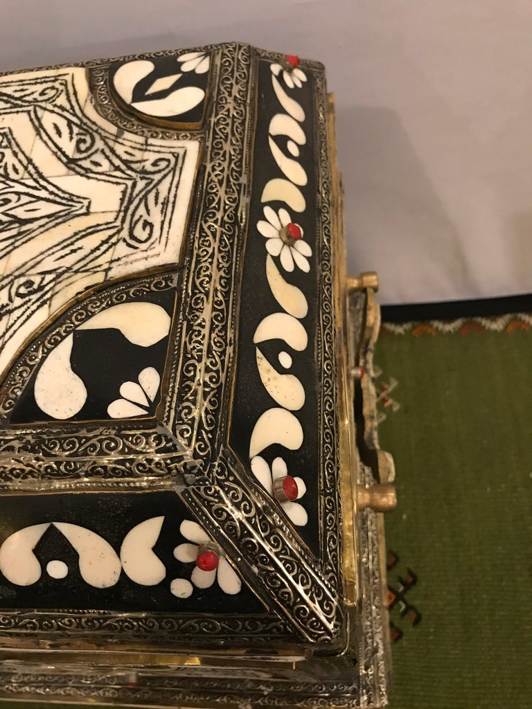 Moroccan Chest or Jewelry Box in Cameal Bone and Brass Inlaid For Sale 1