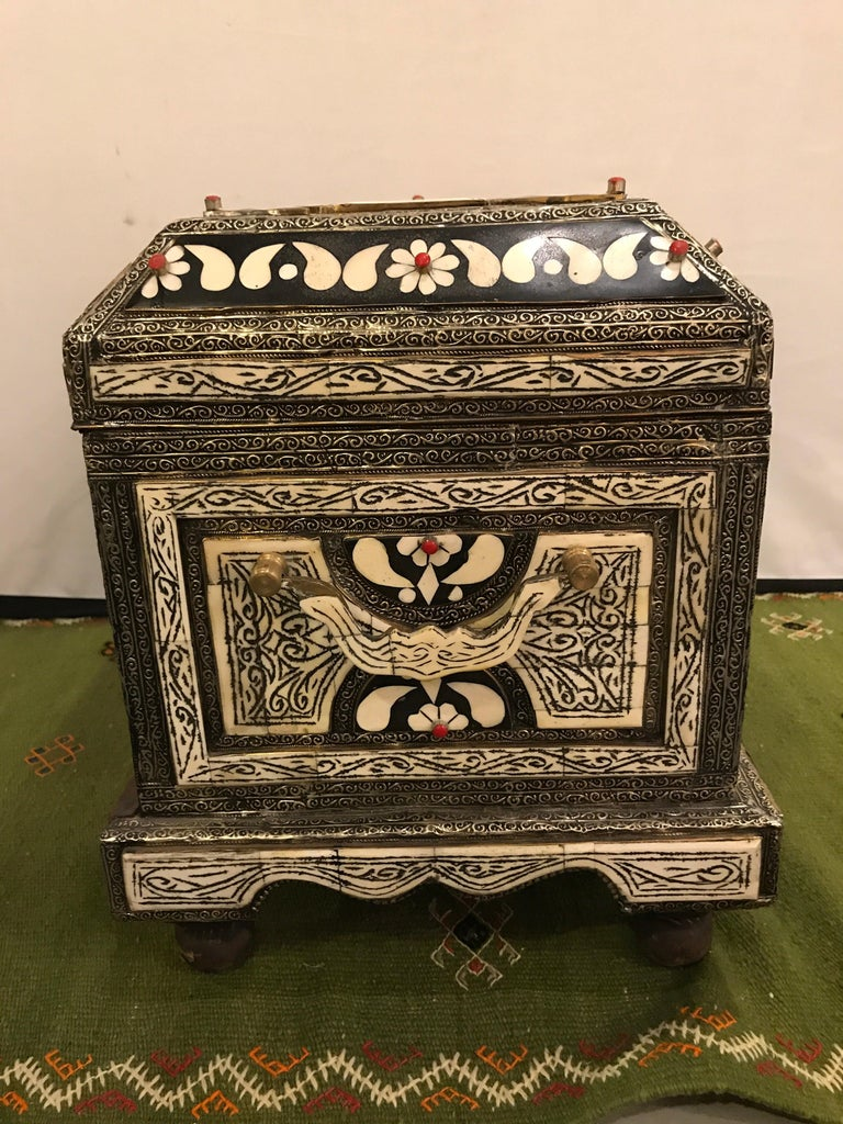 Moroccan Chest or Jewelry Box in Cameal Bone and Brass Inlaid For Sale 2