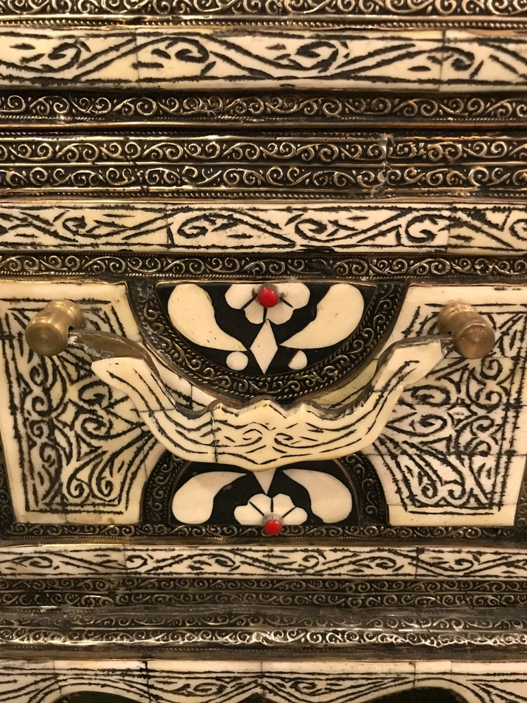 Moroccan Chest or Jewelry Box in Cameal Bone and Brass Inlaid For Sale 3