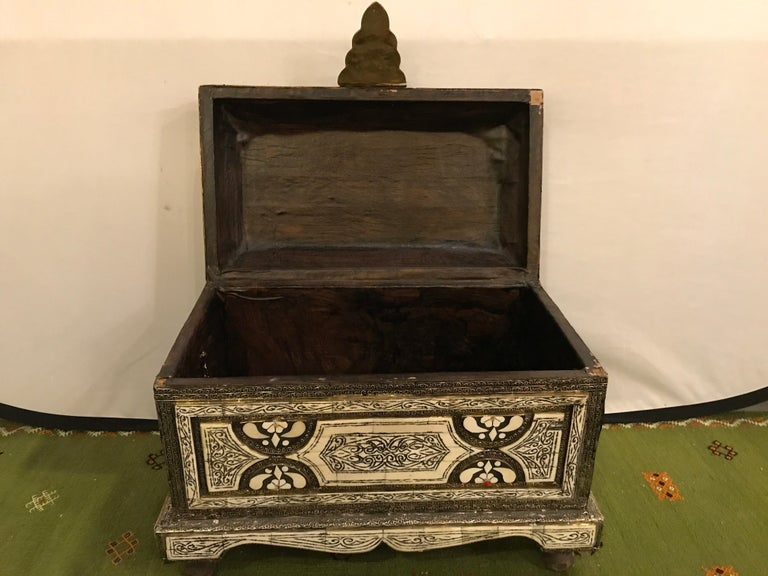 Moroccan Chest or Jewelry Box in Cameal Bone and Brass Inlaid For Sale 4
