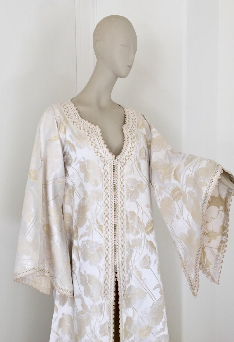 Moroccan Caftan White Ivory and Gold Brocade Kaftan In Good Condition For Sale In North Hollywood, CA