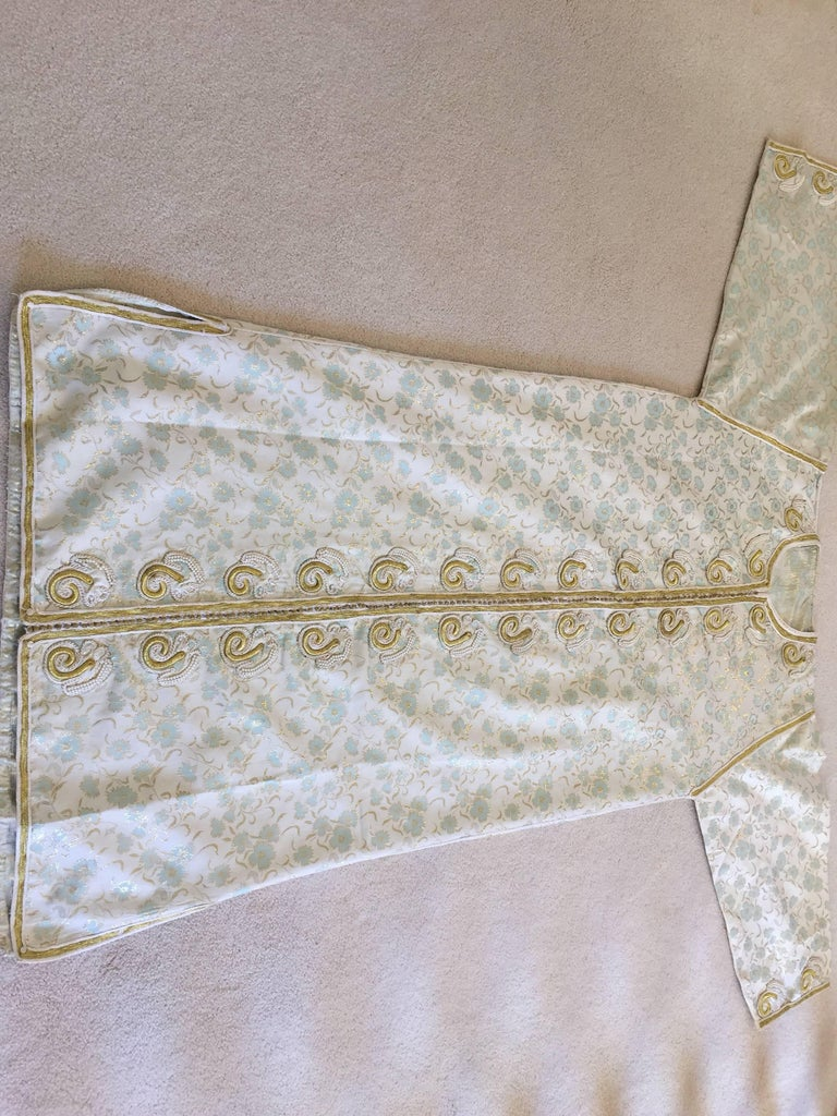 Moroccan Caftan, White Floral Brocade Kaftan Embroidered with Gold Threads For Sale 4