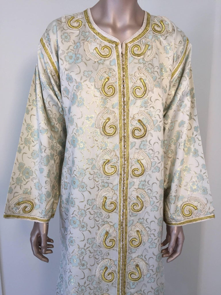 Moroccan Caftan, White Floral Brocade Kaftan Embroidered with Gold Threads In Good Condition For Sale In North Hollywood, CA