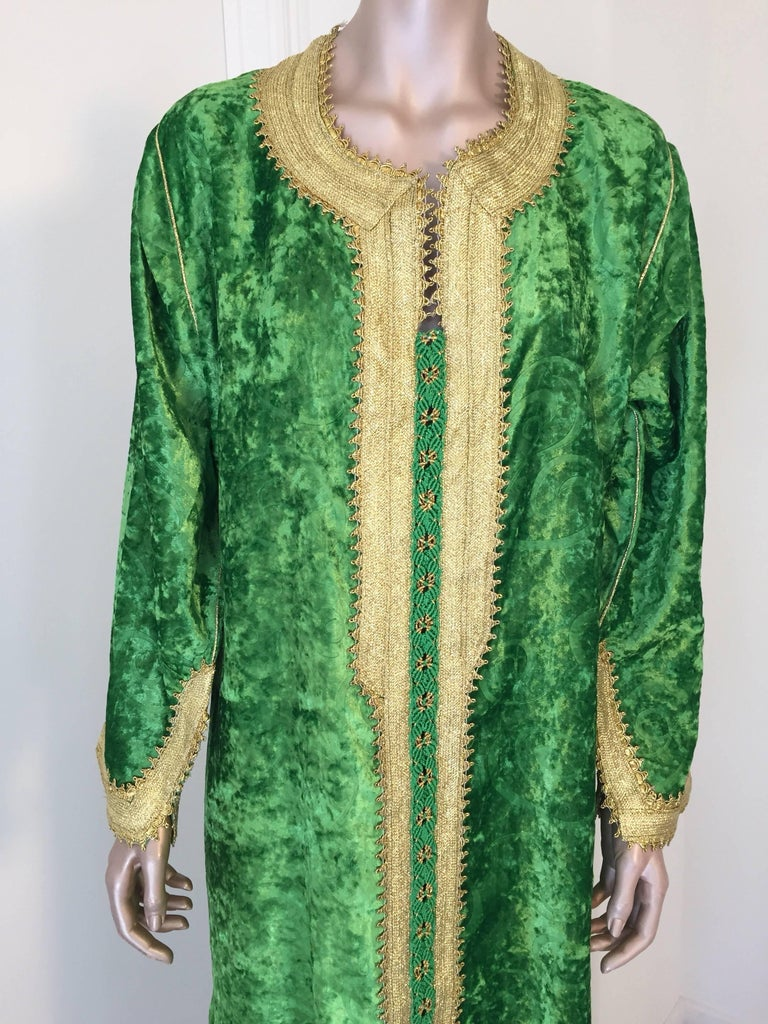 Moroccan Vintage Kaftan Jade Green Velvet and Gold Embroidered Caftan Circa 1970 In Good Condition For Sale In North Hollywood, CA