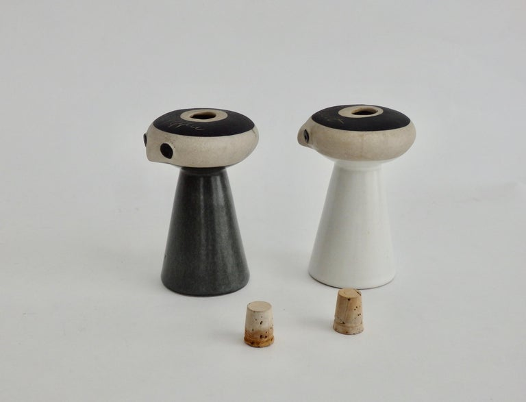Mr Salt and Mrs Pepper Shakers by David Gil for Bennington Pottery Vermont In Good Condition For Sale In Ferndale, MI
