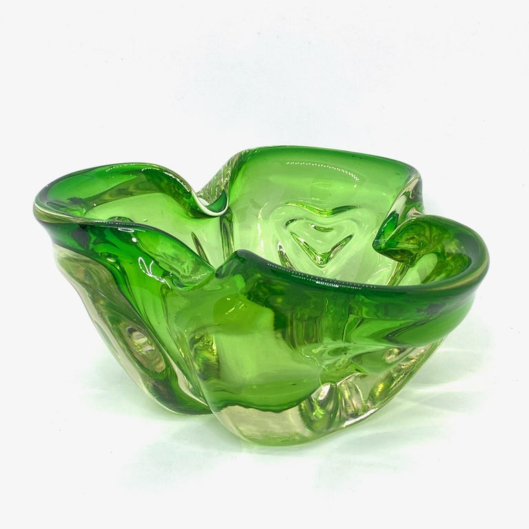 Gorgeous hand blown Murano art glass piece with Sommerso and bullicante techniques. A beautiful organic shaped bowl, catchall, Venice, Murano, Italy, 1970s.