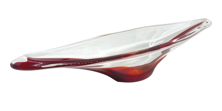 An amazing Venetian Murano glass bowl in a nice clear and red color. A highly decorative piece useful as centre piece or bowl, candy bowl or fruit bowl, Italy, 1970s.