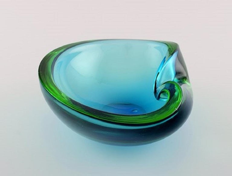 Murano bowl in light blue mouth blown art glass. Italian design, 1960s. Measures: 18 x 7 cm. In perfect condition.