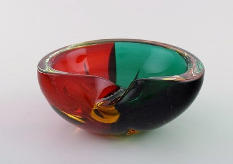 Murano bowl in red and green mouth blown art glass. Italian design, 1960s.
