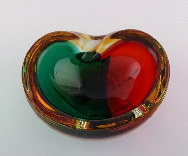 Mid-Century Modern Murano Bowl in Red and Green Mouth Blown Art Glass. Italian Design, 1960s For Sale