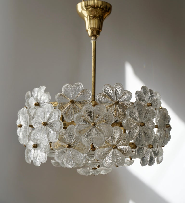 Murano Glass and Brass Flower Chandelier In Good Condition For Sale In Antwerp, BE